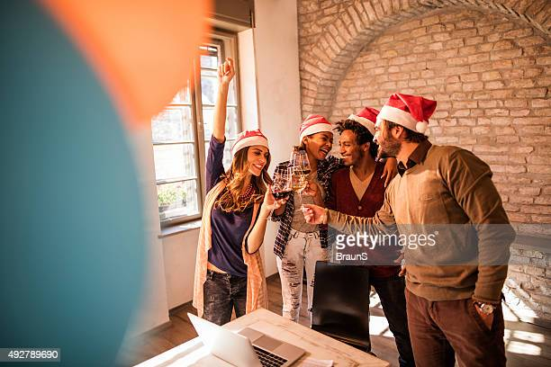 Début de l'équipe un toast à Noël fête de bureau.