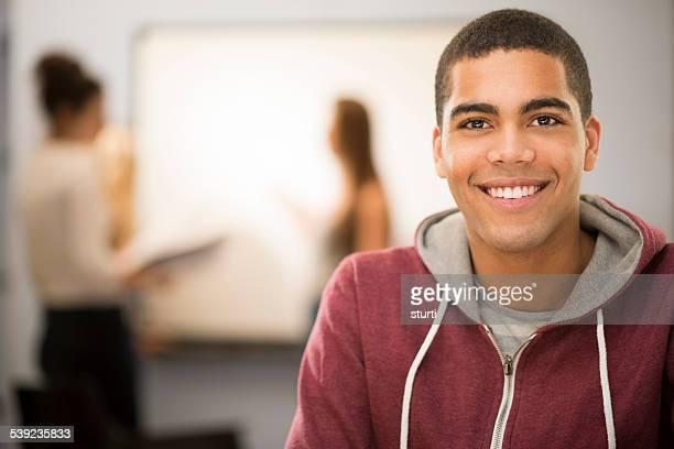 feliz aluno em sala de aula - colégio educação - fotografias e filmes do acervo