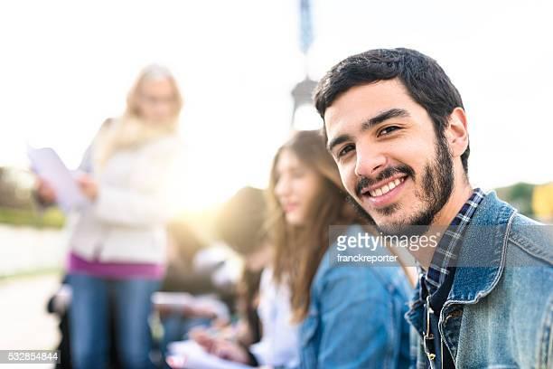 Estudante feliz em Paris