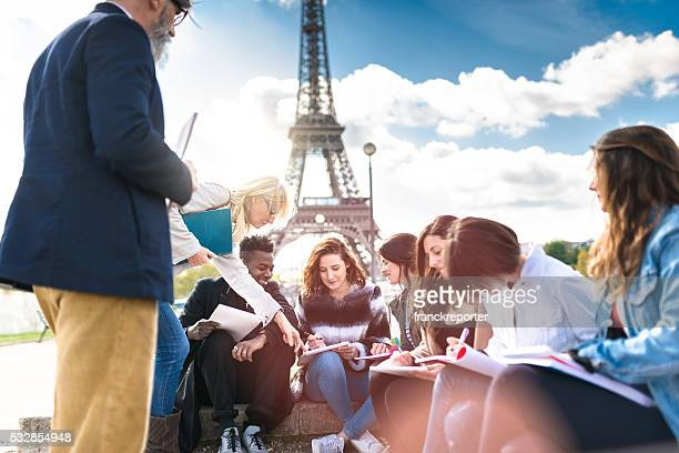 happy student in paris - toerisme stockfoto's en -beelden