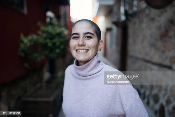 happy stylish bald woman - haarausfall stock-fotos und bilder
