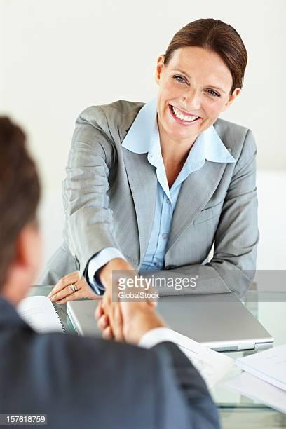 Heureuse femme réussie cadre d'un accord avec un homme d'affaires
