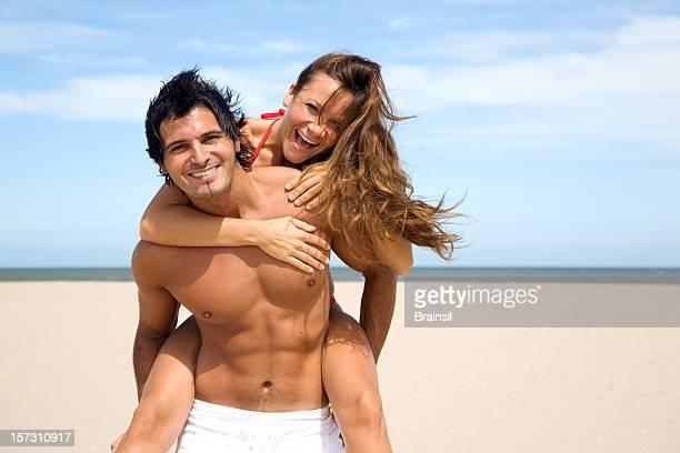 heureux couple appréciant l'été sur la plage - forte poitrine photos et images de collection