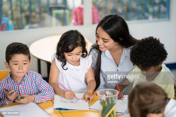 Glückliche Lehrer in der Klasse mit einer Gruppe von Studenten
