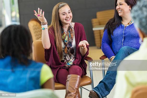 Glückliche Teen Mädchen sprechen auf Therapie für Gruppen