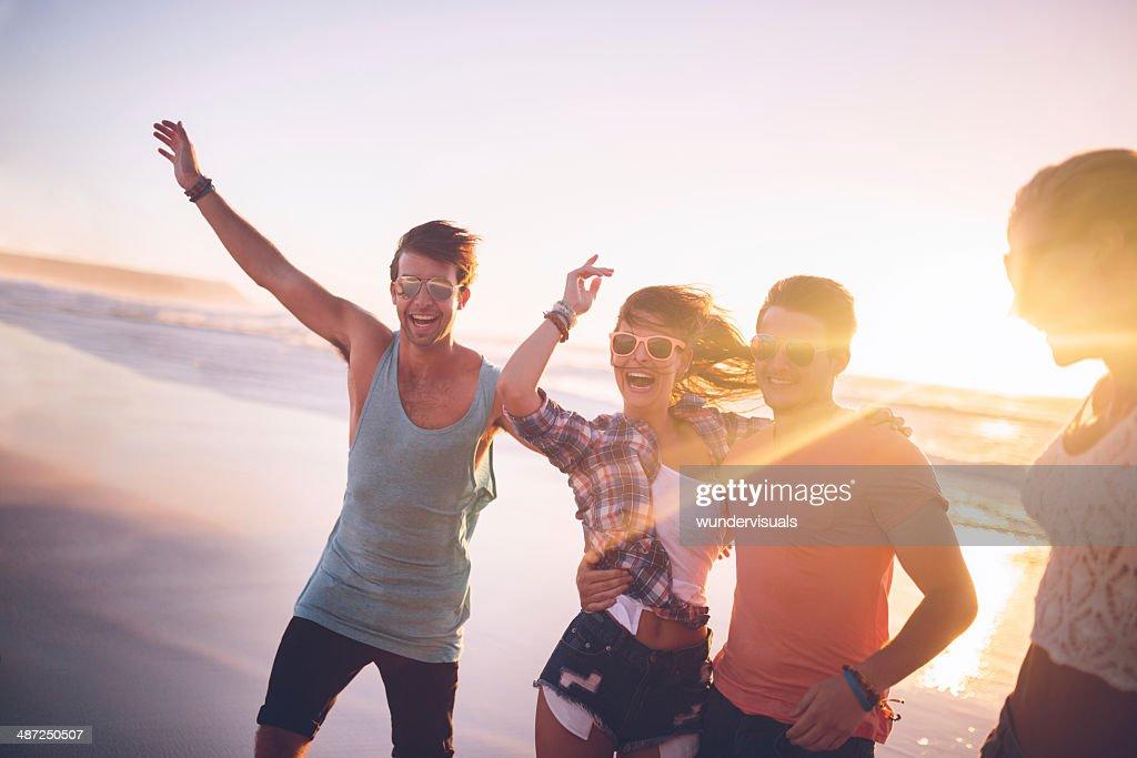 Glücklich teenage Freunde am Strand : Stock-Foto