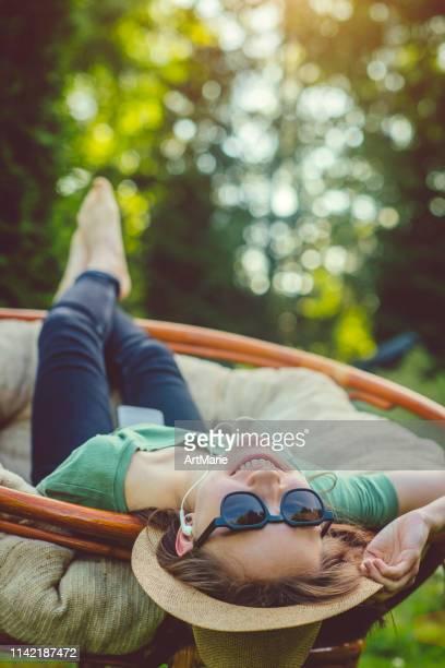 adolescente heureuse appréciant l'été - chaise longue photos et images de collection