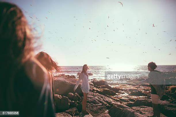 Glücklich Jugendlicher Freunden über den Strand und Möwen