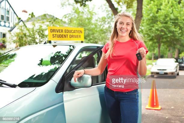 Adolescente feliz con llave del coche después de examen de licencia de conducir