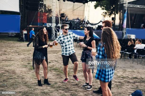 adolescents heureux dansant devant de la scène au festival de musique - jour photos et images de collection