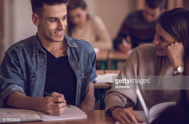Gelukkig tieners praten over een klasse op de middelbare school.