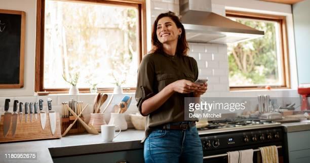 testi felici rendono i volti felici - interno di casa foto e immagini stock