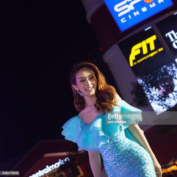 feliz kathoey tailandes en elegang ciánico coloreado vestido - kathoey fotografías e imágenes de stock