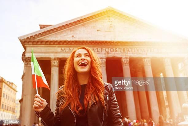 heureux d'être à proximité de panteon - drapeau italien photos et images de collection