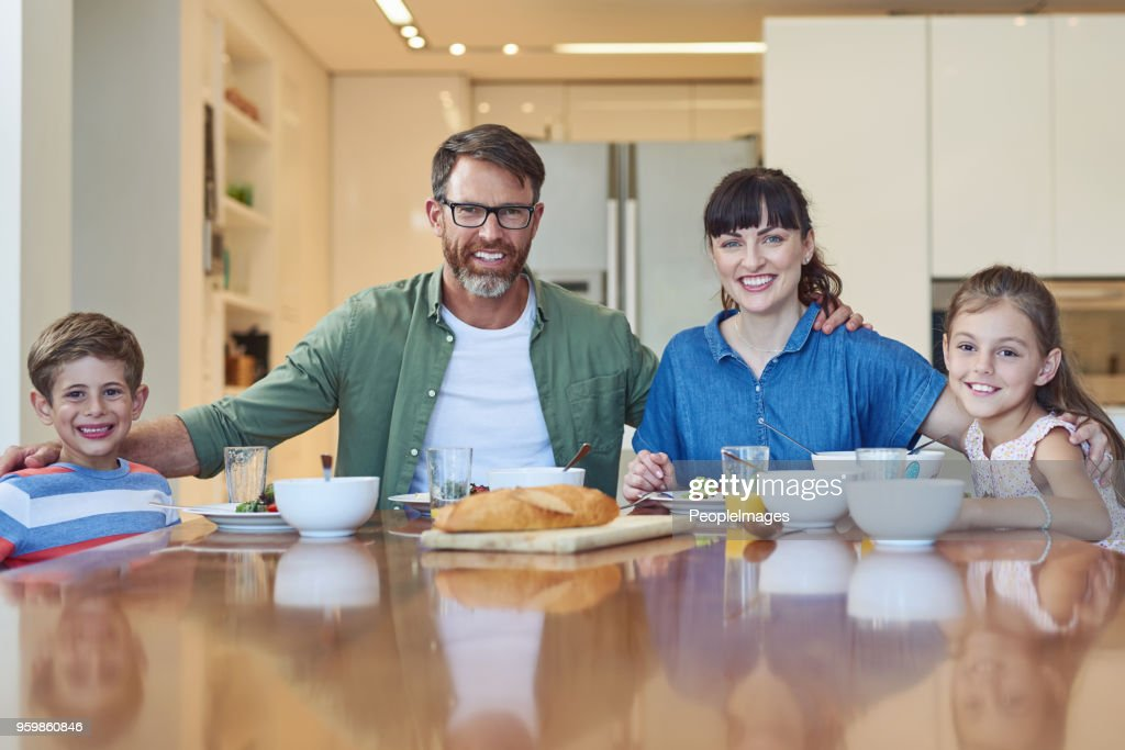 Glücklich, diese Mahlzeit miteinander teilen : Stock-Foto