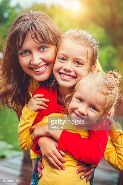 feliz juntos - família de dois filhos - fotografias e filmes do acervo