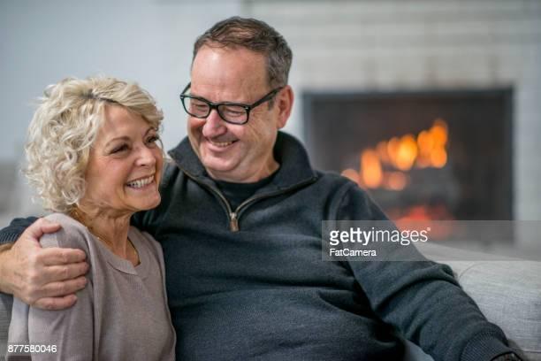 gelukkig samen - 55 59 jaar stockfoto's en -beelden