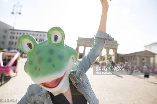 happy tourist in berlin - schutzmaske stock-fotos und bilder