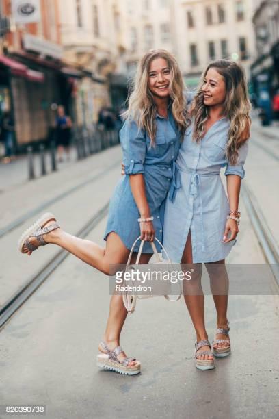 Glücklich Zwillinge in der Stadt