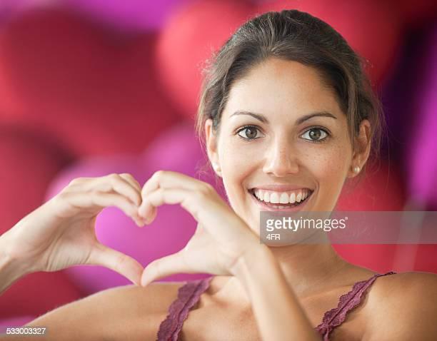 Happy Valentinstag-Schöne Frau bilden ein Herz