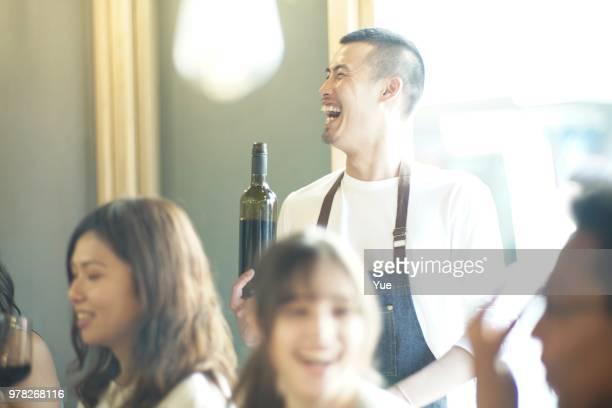 居酒屋にワインのボトルと幸せなウェイター - 飲食店 ストックフォトと画像