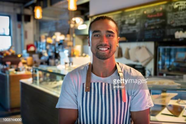 cameriere felice che lavora in un ristorante - minoranza foto e immagini stock