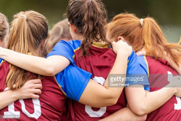 happy winning womens soccer players celebrating - frauenfußball stock-fotos und bilder