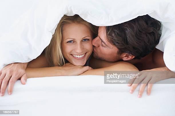 Glücklich mit ihrem Ehemann vor