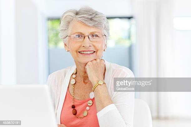 Glücklich mit ihr laptop-Kauf-Senioren/Technologie