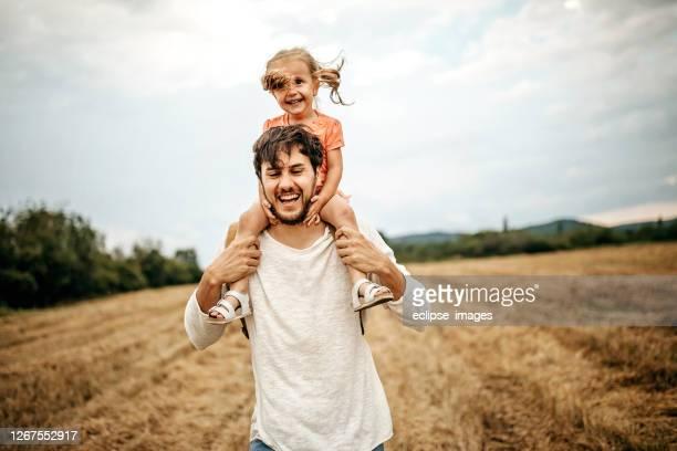 happy with my dad - portare a cavalluccio foto e immagini stock