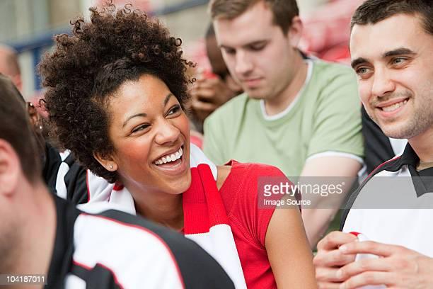 Femme heureuse au match de football