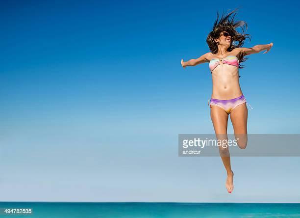 femme heureuse sur la plage - femme maillot de bain photos et images de collection
