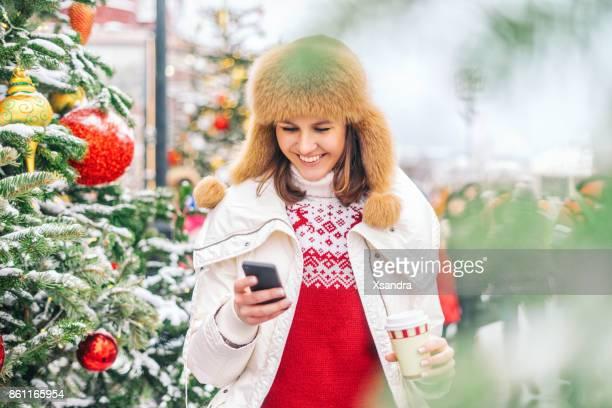 Gelukkige vrouw op de kerstmarkt