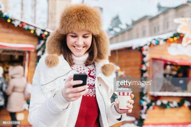 Mujer feliz en el mercado de Navidad