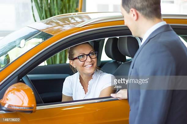 donna felice acquisto di un'auto. - comparsa foto e immagini stock