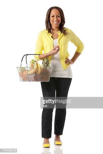 Glückliche Frau tragen ein Korb mit frischem Obst