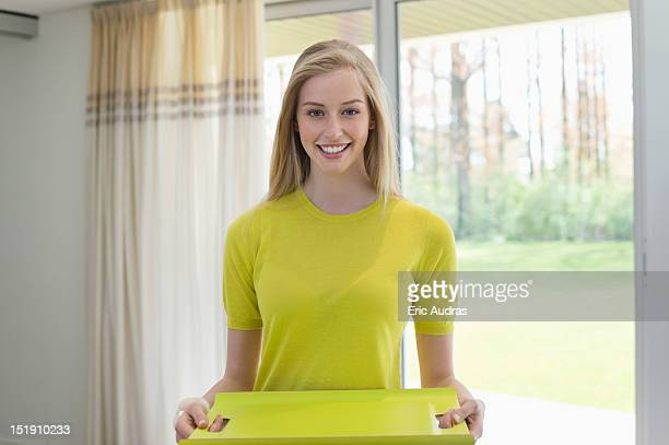 happy woman carrying an empty tray - bovenlichaam stockfoto's en -beelden