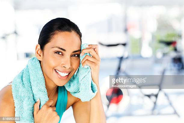 ハッピークリーニング女性で額から「Sweat (スウェット)」ジム