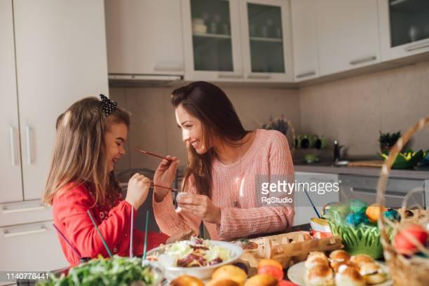 若い女の子とイースターエッグを着色幸せな女性 - happy easter mom ストックフォトと画像