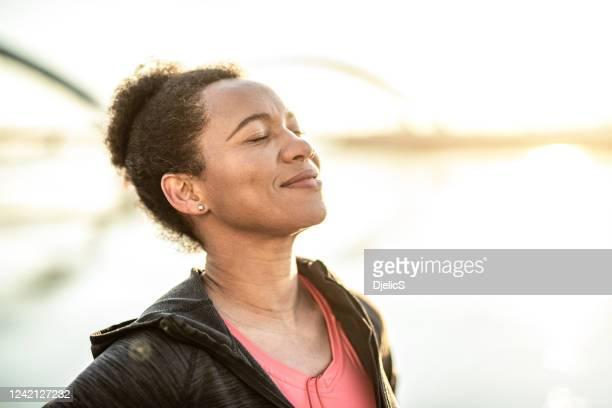 buona giornata di donne sognando all'alba - solo una donna di età media foto e immagini stock