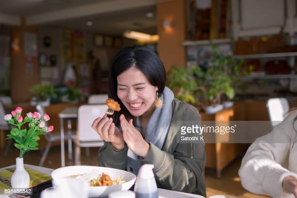 昼食にフライド チキンを食べて幸せな女 - 食事 ストックフォトと画像