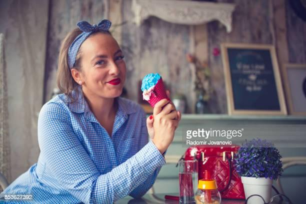 Mujer feliz comiendo un helado