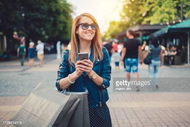 mulher feliz, desfrutando de um shopping - consumismo - fotografias e filmes do acervo