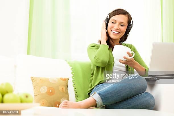 Mujer feliz disfrutando de la música