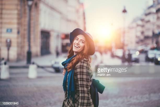 glückliche frau genießen paris - junge frau allein stock-fotos und bilder