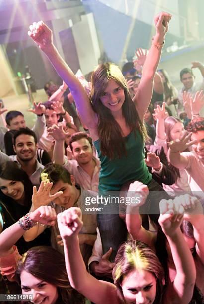 Glückliche Frau genießen die party