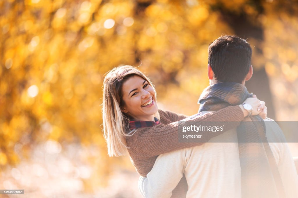 Glückliche Frau genießen Sie von ihrem Freund durchgeführt werden. : Stock-Foto