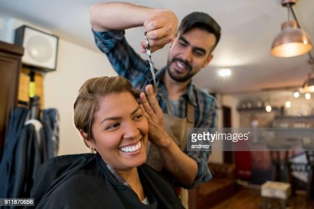 mulher feliz cortando o cabelo no cabeleireiro - cabelo curto comprimento de cabelo - fotografias e filmes do acervo