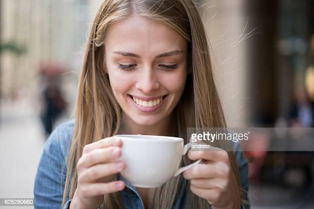 幸せな女性のコーヒーを飲み