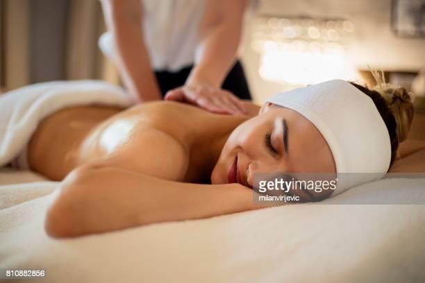 massage de la femme heureuse havng retour - massage room photos et images de collection